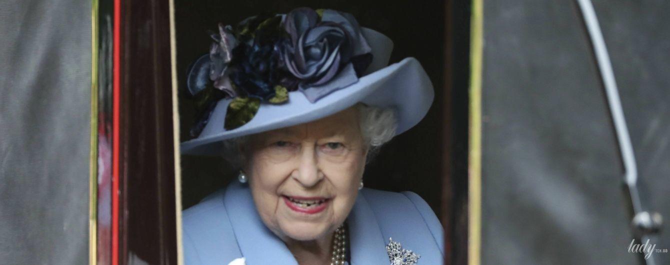 У красивому небесно-блакитному вбранні: королева Єлизавета II відкрила скачки в Аскоті