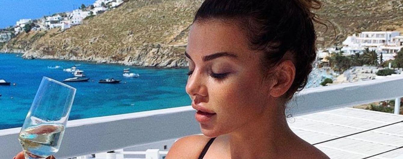Акцент на пышное декольте: Анна Седокова в бикини отдыхает на Миконосе