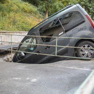У центрі Києва автомобіль провалився під асфальт