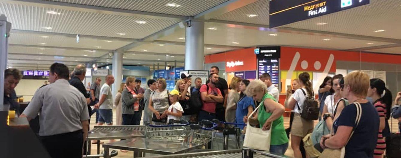"""Обурені пасажири заблокували термінал в аеропорту """"Бориспіль"""""""