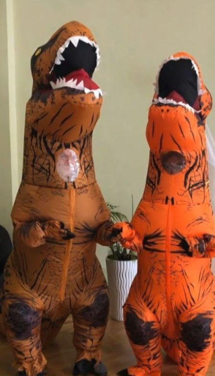 У Львові молодята обмінялись обручками в костюмах динозаврів