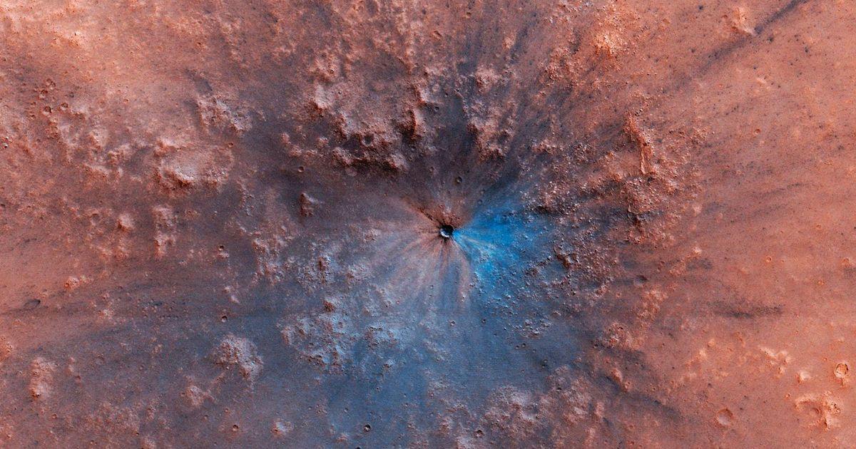 NASA показала снимки новообразованного кратера на Марсе