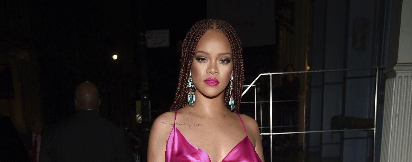 Ріанна з афрокосами та у рожевій мінісукні представила дебютну колекцію одягу