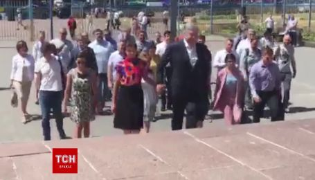 Порошенко з дружиною прийшов до ЦВК подавати документи на парламентські вибори