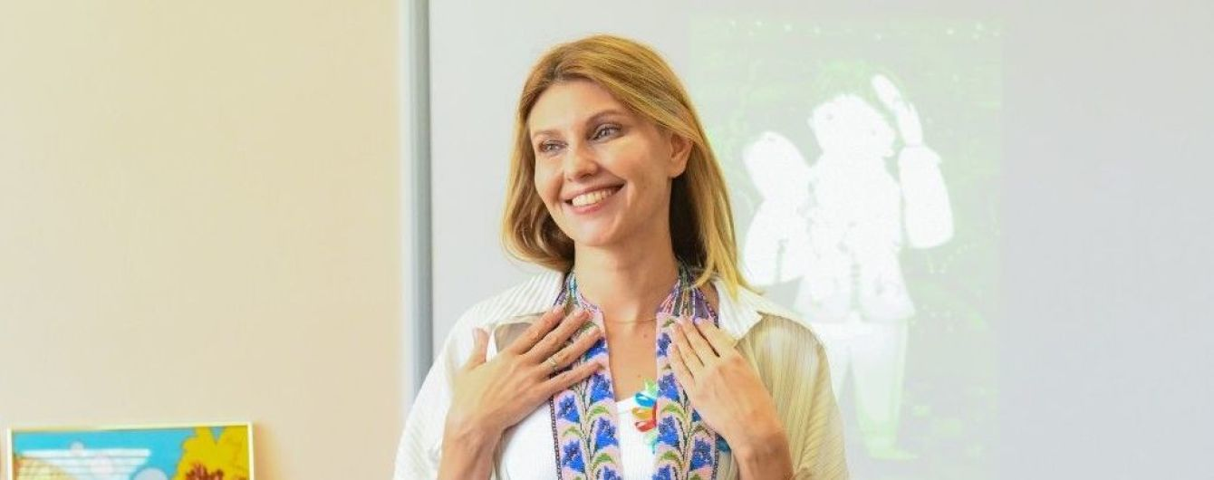 У білій майці і стильній сорочці: Олена Зеленська зустрілася з дітьми в таборі
