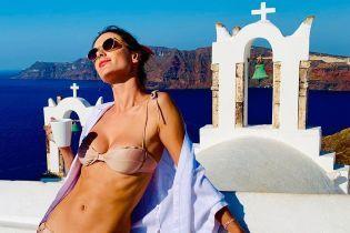 Нежится под солнцем: Алессандра Амбросио в бикини похвасталась стройной фигурой