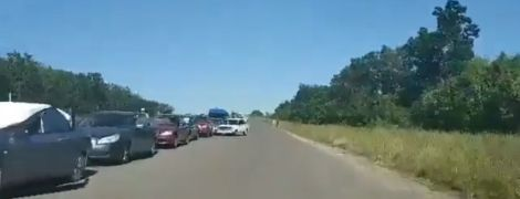 Пропускають по 5-6 авто на годину. З'явилось відео масштабної черги охочих виїхати з окупованого Донбасу