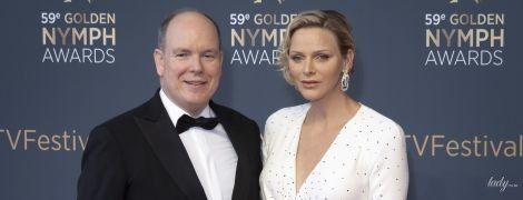В белом платье со смелым декольте и в обнимку с мужем: княгиня Монако Шарлин на телевизионном фестивале