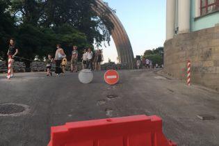 """На пешеходном мосту в Киеве появился знак """"въезд запрещен"""""""