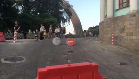 """На пішохідному мосту у Києві з'явився знак """"в'їзд заборонено"""""""