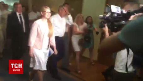 Тимошенко с соратниками принесла документы в ЦИК