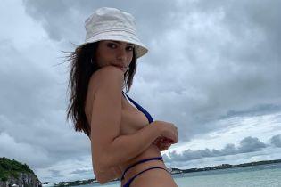 Сексуальна Емілі Ратаковскі в синьому бікіні грайливо позувала на березі океану