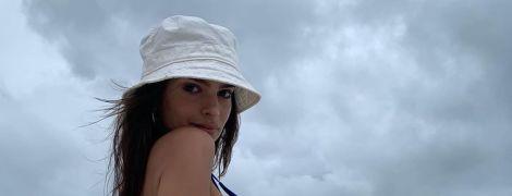 Сексуальная Эмили Ратажковски в синем бикини игриво позировала на берегу океана