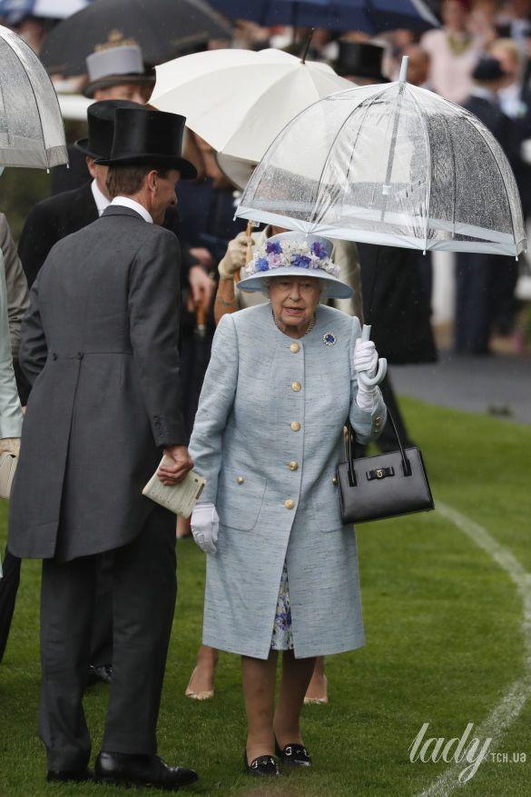 Королева Елизавета II и герцогиня Корнуольская_3