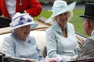 В нарядах голубых оттенков и под зонтиками: королева Елизавета II и герцогиня Корнуольская на скачках