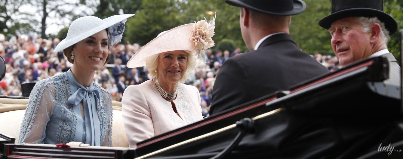 У рожевій сукні і капелюсі з квіткою:ефектний вихід герцогині Корнуольської Камілли