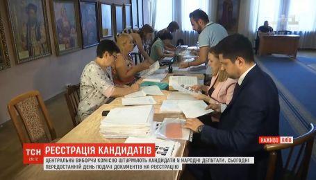 До ЦВК шикуються черги з охочих піти до парламенту