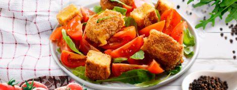 Апетитний помідорний салат зі смаженим сиром