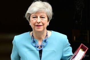 В голубом кардигане и с модным аксессуаром: Тереза Мэй продемонстрировала эффектный аутфит