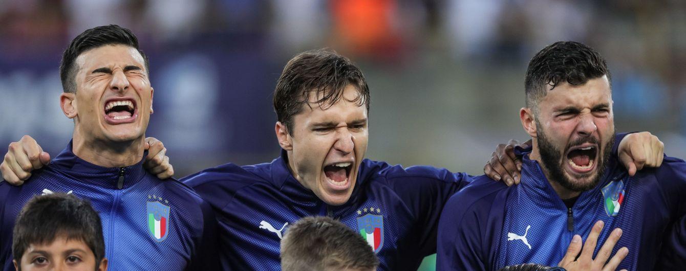 Фото дня. Футболисты сборной Италии едва не оглушили мальчика-маскота, когда пели гимн