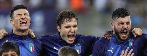 Фото дня. Футболісти збірної Італії ледь не оглушили хлопчика-маскота, коли співали гімн