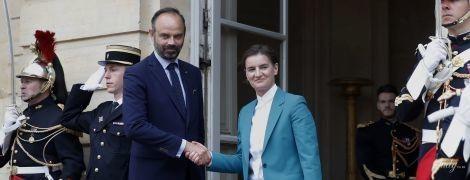 У костюмі кольору морської хвилі: прем'єр-міністр Сербії на діловій зустрічі