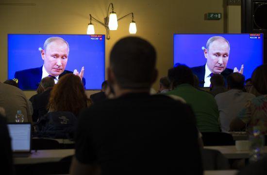 """Путін ледь не розплакався в ефірі під час """"Прямої лінії"""""""