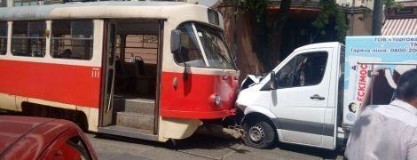 В Киеве на Подоле лоб в лоб столкнулись трамвай и грузовик