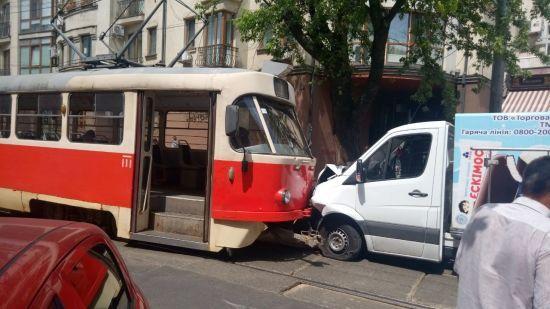 У Києві на Подолі лоб у лоб зіткнулись трамвай та вантажівка