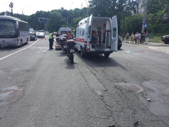 У Києві авто збило двох дівчат та втекло: небайдужі затримали водія
