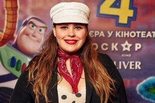 У сукні в горошок і кепці від українського дизайнера: стильна солістка гурту KAZKA у кінотеатрі