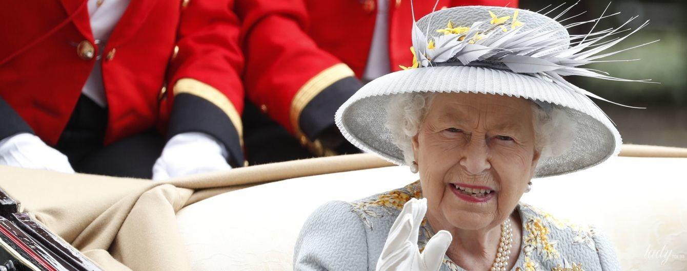 В капелюшку з гофрованими полями: королева Єлизавета II на Ladies Day в Аскоті