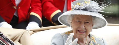 В шляпке с гофрированными полями: королева Елизавета II на Ladies Day в Аскоте