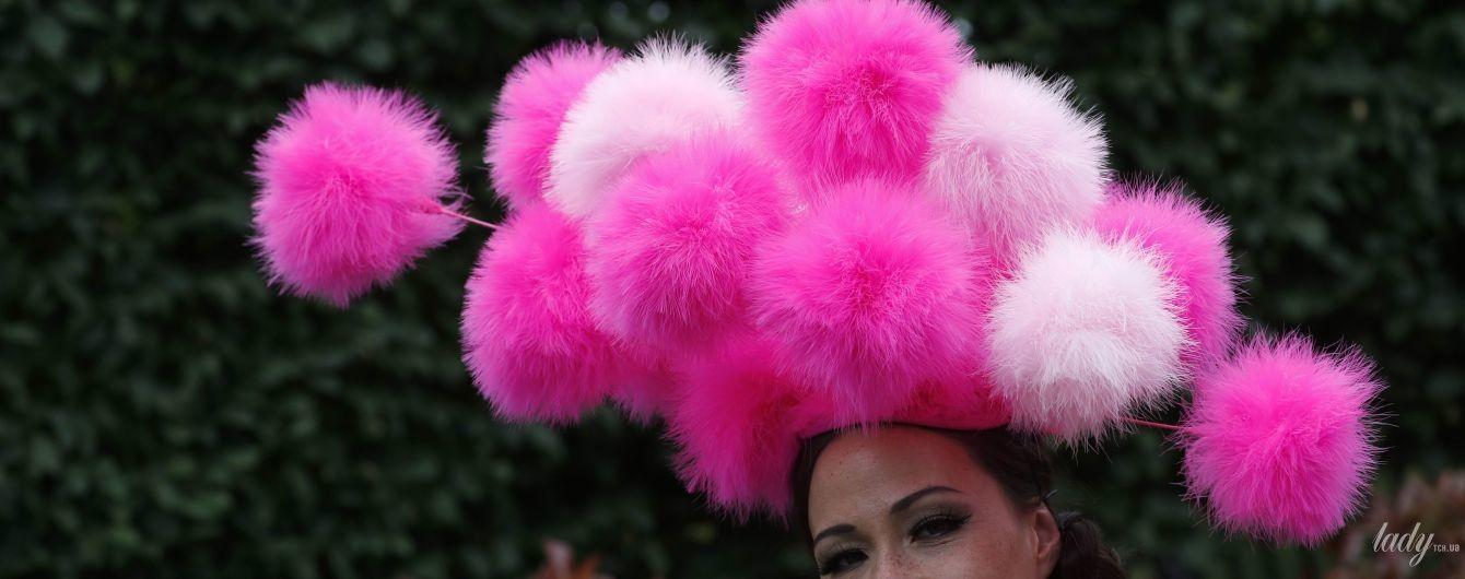 Это просто праздник какой-то: самые эффектные шляпки гостей на скачках в Аскоте