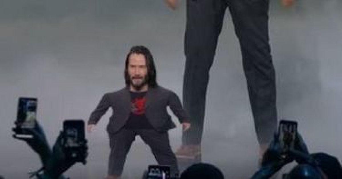 Маленький и большой Киану Ривз на сцене стали мемом для сравнения