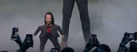 Маленький та великий Кіану Рівз на сцені стали мемом для порівняння