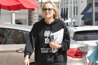 В худи, шлепках и без укладки: Шерон Стоун на улицах Лос-Анджелеса