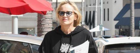 В худі, шльопанцях і без укладки: Шерон Стоун на вулицях Лос-Анджелеса
