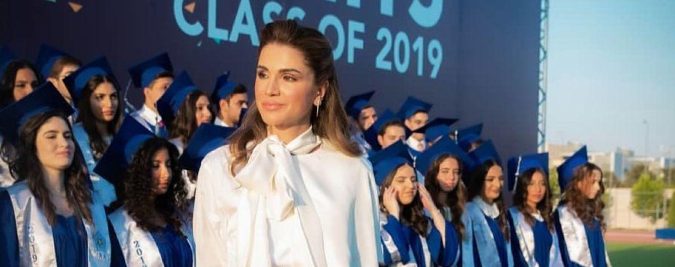 Два стильных лука королевы Иордании Рании: белое платье vs винная блузка