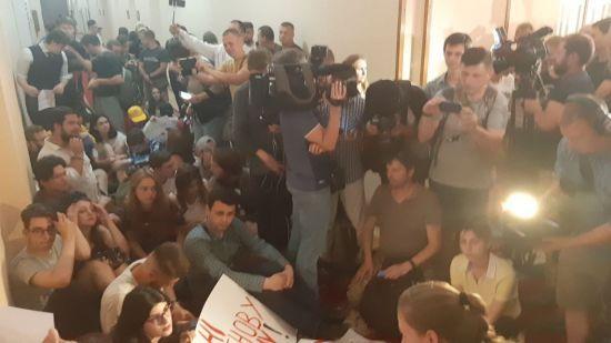 Студенти КНУ хочуть заночувати під кабінетом ректора через призначення Портнова професором