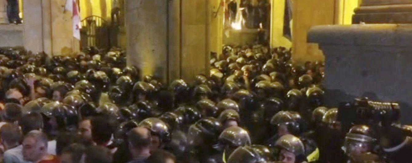 У сутичках під парламентом Грузії постраждало більше півсотні людей