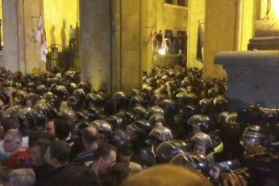 В столкновениях под парламентом Грузии пострадали более полусотни человек
