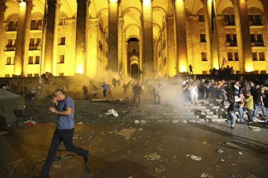 У Грузії під час зіткнень біля парламента постраждали понад 200 осіб