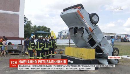 Иностранные тренеры обучают украинских спасателей своим методикам спасения