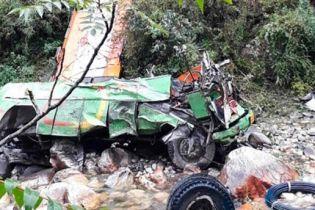 В Индии автобус упал в пропасть. Погибло почти полсотни людей