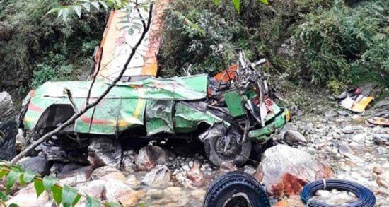 В Індії автобус впав у прірву. Загинуло майже півсотні людей
