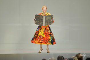 Яркая и с книгой: Тильда Суинтон в пестром платье приняла участие в перфомансе