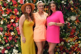 Беременная Миранда Керр подчеркнула живот ярким мини-платьем