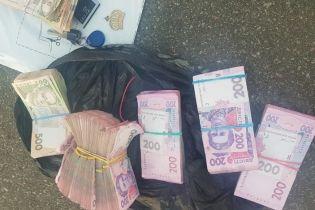 В Киеве банда иностранцев украла на глазах у мужчины 300 тысяч гривен из его машины