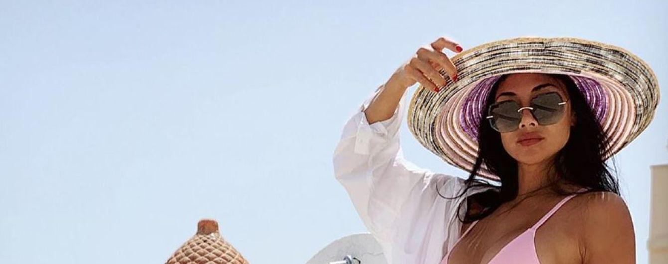 Итальянские каникулы: Николь Шерзингер в нежно-розовом бикини показала подтянутую фигуру